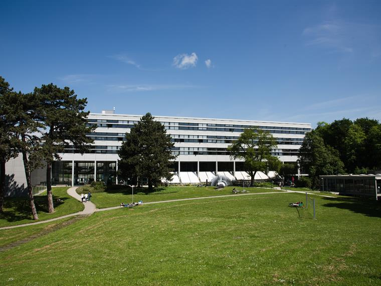 With its generous green spaces, the Prittwitzstrasse campus also offers plenty of room for relaxation between lectures.